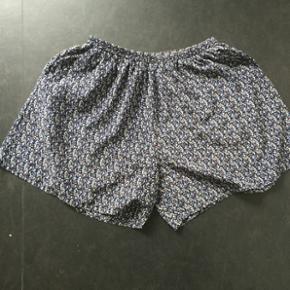 Løse shorts i fint print fra Samsøe Samsøe 💙 Har aldrig været brugt ✨ Størrelse: S 📏  Original pris: ca. 400 kr. 💰 Nu: 60 kr. 👌🏻 . #karolinesklædeskab