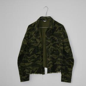 Jakken er af 100% bomuld og super fin som sommer-til-efterår-overgangs-jakke. Den har været brugt omkring 2-3 gange