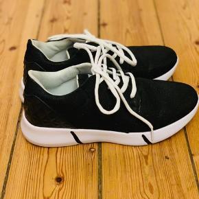 Helt nye sorte sneaks lige købt på kræmmermarked igår, men de er alligevel for store til mig :( De har specielt mønster på hælen og glimmer foran - og så er de i noget lidt stift materiale