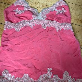 Smuk 100% silke top / lingeri / lingerie top i pink fra GOLD HAWK  Den er brugt 1 gang eller 2 da farven ikke er mig.  (Derfor bytter jeg gerne til en anden farve hvis man har det, gerne en mere neutral)💕   OBS:‼️ sælger lige nu - billigt - ud af en masse forskelligt mærketøj, tjek det ud! 🔆 🍒  Det er en str. small  Mp: BYD!   Bytter evt. med lign silke materialer eller dyrere mærker