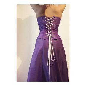 Todelt gallakjole med nederdel og corsage.  Corsagen er med snører i ryggen, så størrelsen kan varieres.  Begge dele er skræddersyet.  Samlet pris 600 kr.