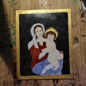 Brand: Religiøst design - Jomfru Maria & co - Madonna Varetype: Dekoration - Jomfru maria og jesus barn fortolket i porcelæn Størrelse: 20 x 25 cm Farve: Multi  Sensitiv Madonna med smukt Jesus barn . Måler ca 20 x 25 cm . Porcelæn .