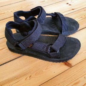 Jeg sælger disse helt nye Teva Universal Trail sandaler, fordi jeg ikke kan passe dem og er kommet til at smide retur-label fra Zalando væk.. håber en anden kan blive glad for dem😊