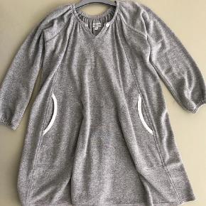 Varetype: kjole, bukser og shorts Størrelse: 8 Farve: sølv grå  Der står str. 6 i kjole og shorts, men det er stort...  Kjolen er sølvstrik - så fin og kun brugt lidt.  Shorts og buks er aldrig faldet i damens smag
