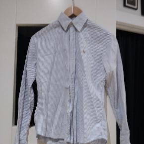 Stribet skjorte fra Ralph lauren.  Slim fit.  Næsten som ny.  Kommer fra et røgfrit hjem.  Afhentes i Valby eller sendes på købers regning. Bytter ikke.