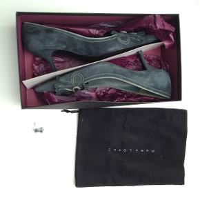Smukke Pura Lopez sko i grå ruskind, str. 37½. Nypris kr. 1199,00. Ønskes bud på omkring kr. 500.