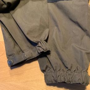 Bukserne er brugt 2-3 gange og fremstår helt nye. De er lidt små i størrelsen.