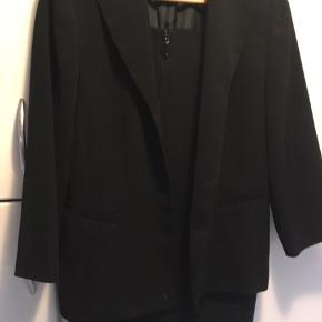 Skønt feminint sæt i tre dele, bukser, nederdel og jakke. Sælges samlet  Køber betaler porto