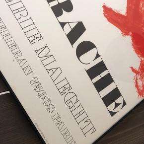 Fed plakat, professionelt indrammet, fra Galerie Maeght.    Mål : B: 50 cm H: 67,5 cm   Rammen er glas og sort metal med wireophæng bagpå.    Afhentes i Veksø i Nordsjælland. Kan også levere i nærmeste omegn mod fuld forudbetaling.   Fast pris. 🙂