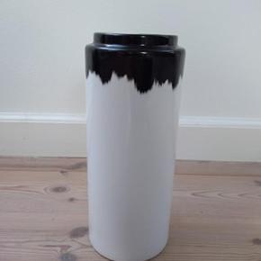 Normann Agnes Vase 20 cm. Hvid med sort detalje. Aldrig brugt, original æske medfølger.  Bud modtages.