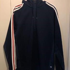 Sælger denne Palace x Adidas hoodie fra deres samarbejde tilbage fra 2016. Hættetrøjen er brugt minimalt og derfor cond 9/10. Skriv pb for flere billeder eller mere information.