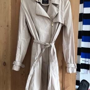 Super lækker trenchcoat i lækker kvalitet,,jakken har en coated overflade,super flot med flotte detaljee