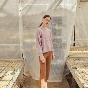 Lavendelfarvet 32% uld 32% alpaca 30% polyamid 6% elastan  600pp Bytter ikke  Nedsat til 500pp