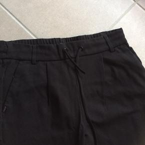 Sorte bukser fra Only med snøre i livet - Str. S/ 30 - Brugt en gang.