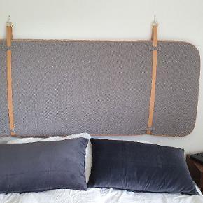 Super fin sengegavl til ophængning på væg. Den er fra mærket OYOY. Den er vendbar, så man kan skifte mellem farverne, som man ønsker. Der er lidt brugsspor på læderstropperne. Nypris: 1.599 kr.