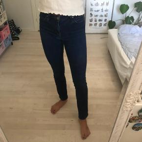 Lækre jeans fra Lee, W27 og L35. Har lidt slid ved skridtet fra cykelsaddel, men ikke noget man lægger mærke til.