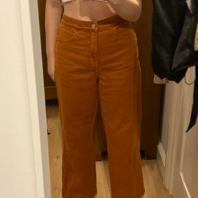 Fede bukser fra weekday i en rød/orange rust farve.   Byd gerne er i en str 38 men kan passes af både s og m