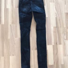 2nd Day mørkeblå skinny jeans. Sally, 24, næsten som nye.  Jeg har også mange andre jeans fra Day i nogenlunde samme størrelse til salg :) Se også mine mange andre annoncer med lækre mærkevarer, vintage og andre fine ting til gode priser. Der er ekstra gode priser, hvis du køber flere af mine varer :)  Varen er i Blovstrød på Nordsjælland.