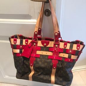 Vintage limited edition Louis Vuitton taske med rød lak. Pæn stand, dog med lidt slid på hank og få pletter indeni, som vist på billederne.Kun seriøse bud   Taske, håndtaske, skuldertaske, strandtaske