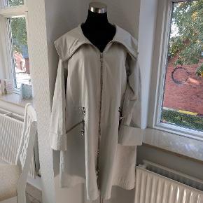Smuk frakke, perfekt her til foråret. Rå hvid/beige og har mulighed for at stramme ind i livet, så den får figur. Ellers har den A form. En str. S svarende til str. 42 Stor i størrelsen. Aldrig brugt da den er for stor. Ny pris 3000 kr.