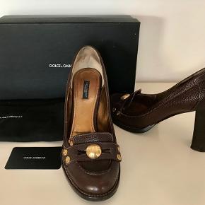 Dolce& Gabbana sko, Brun/Bordoux str. 39. Sælger for kr. 1500.- Hælhøjde 8 cm. Super god hæl at gå i. Nypris 4000.- Købt i London for ca. 2 år siden, kun brugt meget få gange. Kan prøves i Rungsted, Sender gerne.