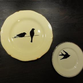 Dekoreret vintage tallerken. Den lille er hvid med sølvkant, måler 15,5 cm i diameter og koster 100,- Den store er cremefarvet med guldkant, måler 22,5 cm i diameter og koster 125,- De er dekoreret med porcelænsmaling.