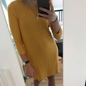 Fin gul kjole i det blødeste stof fra H&M. Kan både passes af str. Xs og S. Brugt maks 2 gange. Nypris: 170 kr.  Mindstepris: 50 kr.