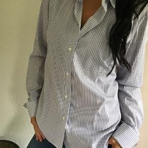 Lækker skjorte fra det skønne brand Britt Sisseck.. i lækker farve.. skjorten er gennemknappet og .... blød og lækker at ha på.. lavet i 100% Bomuld.. Skjorten er str. 42. Nypris 1600,- Bytter ikke!