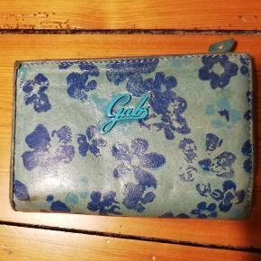 Fin pung fra Gabs i skind med mønster, med mange rum (se billeder). Mål 14x10x3. God men brugt. Nypris 685 kr.