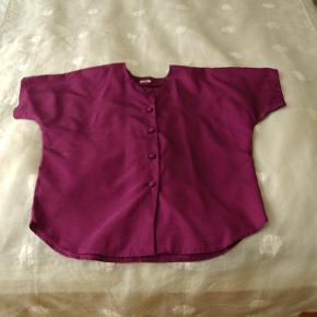 Velholdt kimonobluse i Thaisilke- Brystvidde ca. 52 cm x 2, længde ca. 68-70 cm