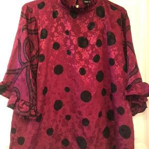 Flot tunika i silke, i Bordeaux,  med sorte bomber/ mønster.  Passer str. M/L