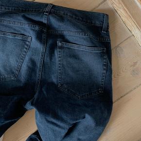 Acne studies lækre jeans i en mørk blå denim. Ikke noget slitage, super lækre, behagelige at have på.  Model: ACE blue/Black Str: 31/21 Købt i strøm på Hellerup strandvej