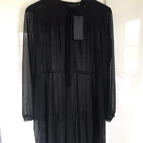 Smuk sort chiffon kjole med underhold fra Karen By Simonsen str. L. (Passer str 40/42) Længde fra skulder til bund 100cm Desværre købt for stor.