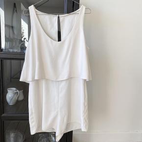 Zara Jumpsuit i fin hvid den har lynelås på bag og en knap ved nakken   størrelse: L   pris: 35 kr   fragt: 39 kr ( 37 kr ved TS handel )