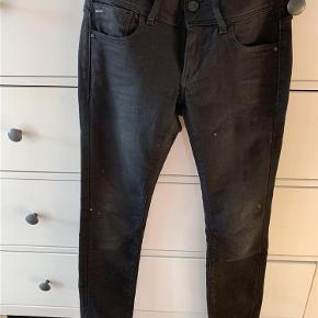 """Varetype: Jeans Størrelse: 28""""/30"""" Farve: Mørkegrå Oprindelig købspris: 899 kr.  De er brugt meget få gange, så de fremstår som nye. De er meget mørkegrå og har her og der nogle lysere grå detaljer.  De er en str 28 i omkreds og 30 i længde."""