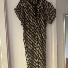 Super feminin kjole. Kan også bruges som tunika