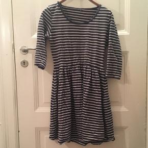 Mørkeblå kjole med hvide vandrette striber. Sidder rigtig pænt