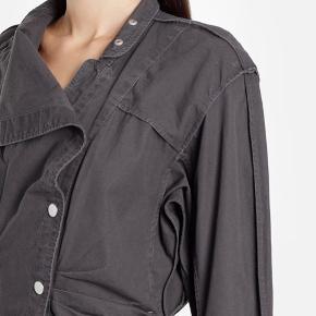 """Fin """"Linore"""" kjole i str. 36 (xs-s) i farven faded Black, dvs. vasket sort/grå bomuld/linen.   Standen er næsten som ny. Modellen er fra sidste sommer/efterår.   Super fin på til sommer med bare ben og cowboyboots eller sneakers.   Sælges for 1.500 kr.    Kan hentes i hellerup. Ved ts betaler køberen gebyret."""