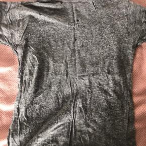 Vildt fedt t-shirt med et råt look fra Zadig et Voltaire. Der er huller i t-shirten som er en del af stylingen!