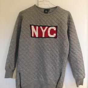 Sælger denne lange sweatshirt , med rød skrift på brystet, fra sofie schnoor. Super fin stand ingen tegn på slid!  Størrelse 10 år  Er stor i størrelsen så den passer nok 11-12 år