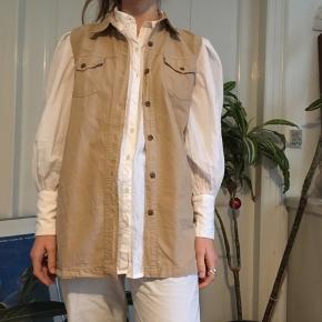 Rigtig fed skjorte uden ærmer som kan bruges som vest.  100kr budt