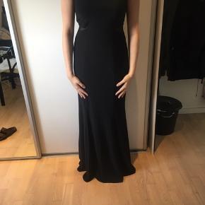 Galla kjole som er brugt en gang, den er købt i USA, og er fra Xscape i en str 10, som er en str 40 ca i dansk str. Den er lidt gennemsigtig på siden (se billede 2) den har indbygget bh i som jeg har prøvet at tage billede af (billede 3)  Jeg er 172-173 høj  Den er lidt støvet og men ellers fejler den intet