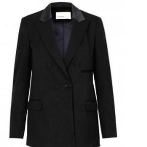 Blazer fra Levete Room. Blazeren er i dobbeltradet klassisk fit og har en fin shiny krave der giver den et elegant tuxedo look. Den perfekte blazer til enhver anledning!