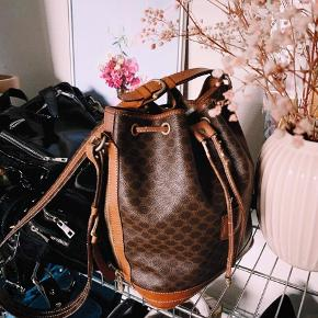 Celine taske købt på luxurybyho. Brugt meget lidt. Tasken har slid på de der strenge, men kan laves hos en skrædder billigt. Spørg efter flere billeder hvis det er. Jeg sender ikke tasken, men kan mødes eller afhentes i Kbh området.