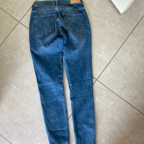 Fede wrangler jeans. Str. 26/30. Nypris 800.- byd