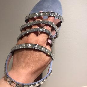 Gucci mallory ( Swarovski) crystal-embellished suede sandal  I meget god stand Brugt meget lidt. Kvittering haves ikke længere.