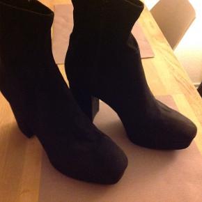 H&m støvler med høj firkantet hæl. Lavet i et ruskindslook