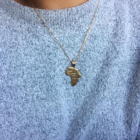 Guld belagt Afrika halskæde / Afrikansk kontinent halskæde. Så god som ny, brugt 1 gang. Fejler intet. Købt i Marokko. Kæde følger ikke med.