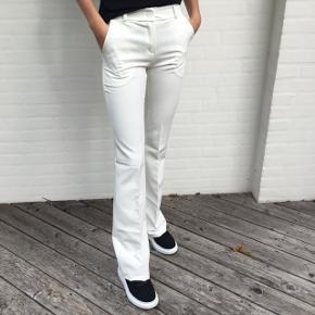 DESIGN BY SI hvide bukser med lommer  Passes af en s-m  Brugt få gange