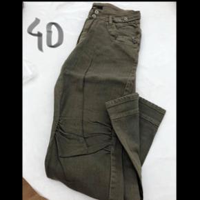 Lækre army grønne bukser fra DNY cph  Str 40 Np = 599,95 Mp = 50 UBRUGTE Fejlkøb derfor den lave pris